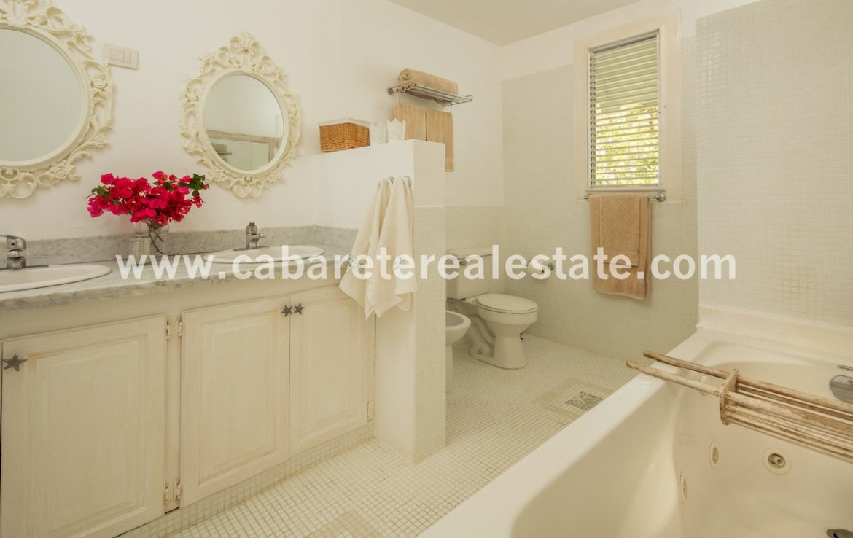 amazingly decorated bathroom in luxury beachfront villa